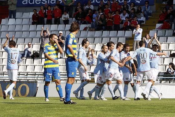 Fleurquin y Fragoso observan la celebración del 1-0, obra de Dani Ábalo.   Foto: LOF