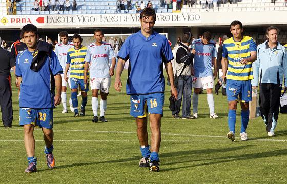 Fleurquin, Jaume y De la Cuesta se retiran del césped.   Foto: LOF