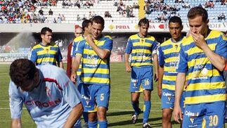 Gestos serios entre los futbolistas amarillos.   Foto: LOF
