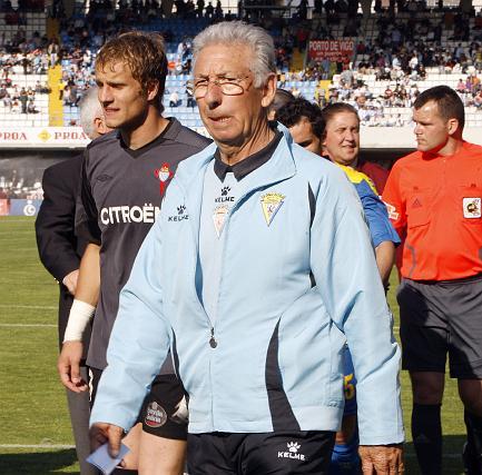 Víctor Espárrago abandona el terreno de juego tras el pitido final.   Foto: LOF