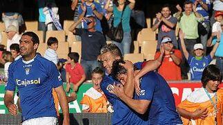Antoñito felicita al delantero azulino, que suma 12 tantos en la temporada.   Foto: Miguel Angel Gonzalez