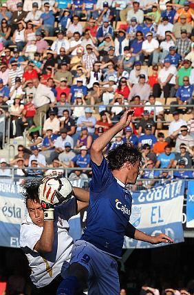 Mario Bermejo salta con Diego Alves.   Foto: Miguel Angel Gonzalez