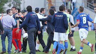 Gorosito media entre sus jugadores y los del Almería.   Foto: Miguel Angel Gonzalez