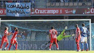 La estirada de Renan no puede evitar el empate, obra de Soriano.   Foto: Miguel Angel Gonzalez
