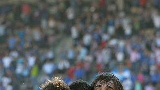 Los jugadores azulinos felicitan a Armenteros tras anotar el 1-0.   Foto: Miguel Angel Gonzalez