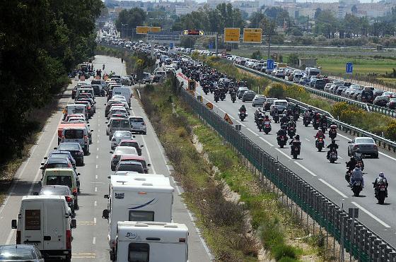 Los moteros inician la ´operación retorno´ tras el Gran Premio de Motociclismo en Jerez.   Foto: Pascual y Manuel Aranda