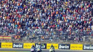 Espectacular ambiente en las gradas y en el ´paddock´ del Circuito.   Foto: Juan Carlos Toro y Manuel Aranda