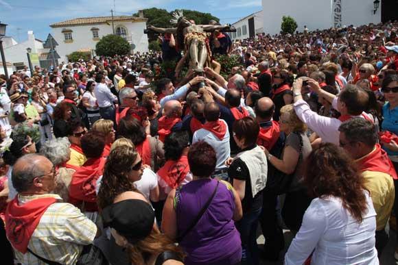 El Cristo de la Almoraima atrae a más de 7.000 devotos. Un centenar de jinetes y 14 carretas acompañan al cortejo en procesión por el municipio  Foto: Paco Guerrero