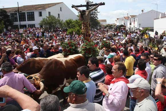 Miles de fieles rodean al Cristo cuando es alzado para trasladarlo a su carreta  Foto: Paco Guerrero