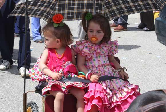 Dos niñas vestidas de romera  Foto: Paco Guerrero