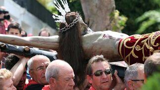 Un gran número de personas sujetan la talla antes de ser alzado  Foto: Paco Guerrero