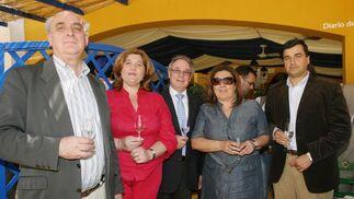 Blanca Alcántara posa junto a Paco Pérez y Francisco José González, de Escuelas Católicas, su esposa y Javier Anso, director del colegio San Felipe Neri, de Cádiz.  Foto: Vanesa Lobo