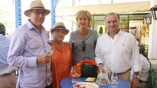 Silvia del Arcón y Diego Pérez, de Cajasol, acompañados por sus familiares Ernest Shuster y Anichi González.  Foto: Vanesa Lobo