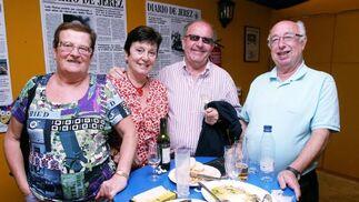 Julio Ruiz y Maria del Carmen Mendoza, junto a unos amigos, ayer en la caseta del Diario de Jerez.  Foto: Vanesa Lobo