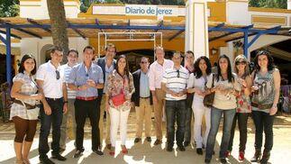 Miguel Chaves, gerente de Vodafone, y Jose María Gutiérrez, director comercial, junto a los trabajadores de la empresa y Manuel Gutiérrez, de Briole.  Foto: Vanesa Lobo