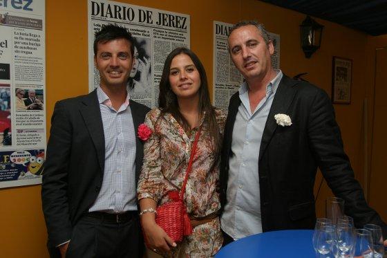 La comercial del Diario Marisa López, acompañada por el director de eventos y el propietario de la discoteca Oxi, Alejandro Grilo y Francis Abascal, respectivamente.  Foto: Vanesa Lobo