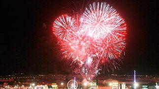 Espectacular vista del castillo de fuegos artificiales, previo a la inauguración del alumbrado de la Feria del Caballo.  Foto: Pascual