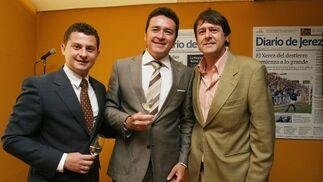 Andrés Romero, de Diseño e Interiorismo, junto a Jesús Rubiales, director gerente de Veneciadores S.L., y Juan Luis Pérez, del departamento comercial de Diario de Jerez.  Foto: Vanesa Lobo
