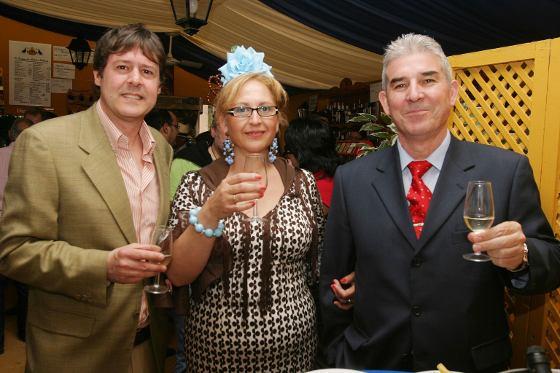 Juan Luis Pérez, del departamento comercial del Diario, junto a los propietarios de muebles Domenech, Amparo Sánchez y Juan Domenech.  Foto: Vanesa Lobo