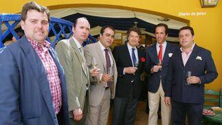 Luis Osborne, Juan Alfonso Romero, David Fernández, Luis de Diego, magistrado de Cádiz y Manuel Arévalo, a las puertas de la caseta del Diario.  Foto: Vanesa Lobo