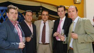 De izquierda a derecha, Luis Osborne, Juan Alfonso Romero, David Fernández, Luis de Diego, magistrado de Cádiz y Manuel Arévalo, a las puertas de la caseta del Diario.  Foto: Vanesa Lobo