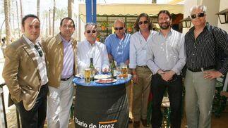 ManuelRosa, Alfonso García, José López, Manolo García, José Antonio Romero y Luis Rebollo, miembros del Foro Ciudadanos de Jerez, junto a Francisco Sánchez Múgica.  Foto: Vanesa Lobo