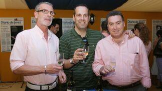 Miembros de la peña Quiosco de Cristina compartieron con los empleados de Diario de Jerez un brindis en la caseta.  Foto: Vanesa Lobo