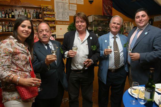 Marisa López, comercial del Diario, junto a Álvaro Osborne, Manolo Muñoz, Manuel Romero y Federico Basaño.  Foto: Vanesa Lobo