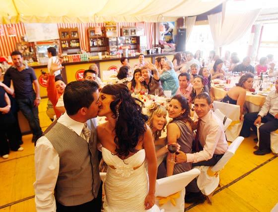 Recién casados aprovechan la Feria para celebrar el enlace con familiares y amigos.   Foto: Pascual