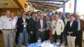 Responsables de la Asociación de Vendedores de la Prensa de Sevilla, Málaga y Jerez brindan con una copa de jerez en la caseta, junto al gerente del Diario, Miguel Berraquero.  Foto: Vanesa Lobo