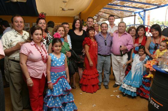 En el centro, Pepe Román, propietario de Restaurante El Gaitán, junto con sus trabajadores. A la izquierda, Juan Hurtado, antiguo propietario.  Foto: Vanesa Lobo