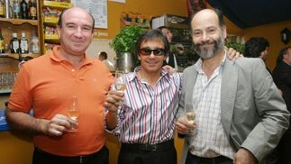 Andrés Sánchez, asesor de Fremap; Blas Frontán, de Banco Popular, y AntonioGonzález, asesor laboral, en la caseta de Diario de Jerez.   Foto: Vanesa Lobo