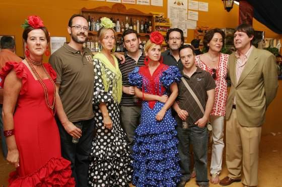 La familia Sicre pasó ayer por la caseta de Diario de Jerez y en la foto posa junto a Juan Luis Pérez, del departamento comercial de este periódico.   Foto: Vanesa Lobo