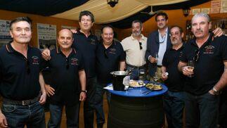 Algunos miembros de la peña cultural 'El Torpedo' de la ciudad, junto al gerente de Vodafone, Miguel Chaves.  Foto: Vanesa Lobo