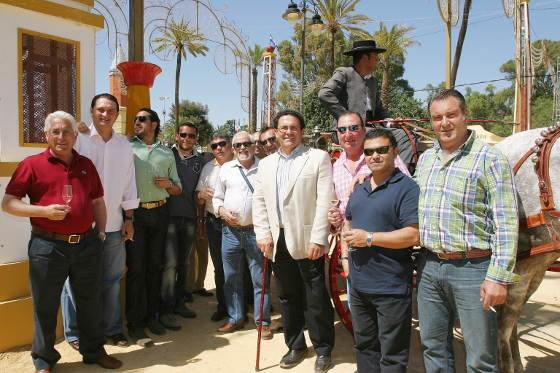 Trabajadores del Consorcio de Aguas de la Zona Gaditana con su presidente y también delegado municipal de Turismo, Juan Manuel García Bermúdez.  Foto: Vanesa Lobo
