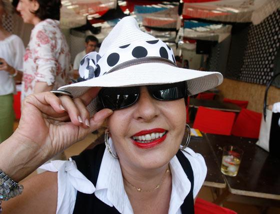 Una asistente disfruta en la Feria del Caballo.  Foto: Pascual