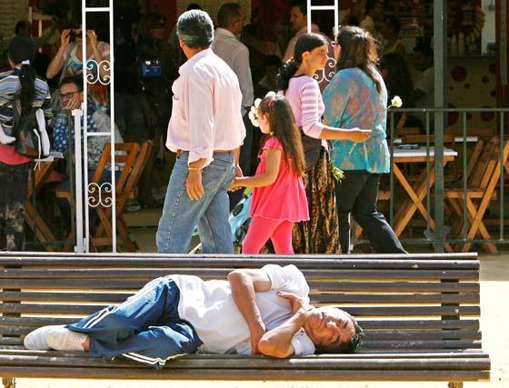 Muy cansado debía estar para echarse la siesta en un banco a pleno sol.  Foto: Pascual
