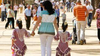 Dos niñas se pasean por el Real.  Foto: Pascual