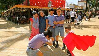 Unos niños juegan con un pequeño capote ante la mirada de unos amigos.  Foto: Pascual