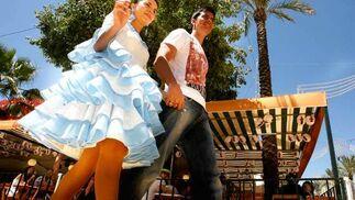 Una pareja se pasea por el Real.  Foto: Pascual
