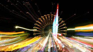 Imagen del espectacular colorido que ofrece la zona de las atracciones en cuanto cae la noche.  Foto: Pascual