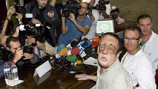 Rafael comparece ante los medios junto al equipo médico que llevó a cabo el primer trasplante de cara de Andalucía.  Foto: Eduardo Abad (Efe)