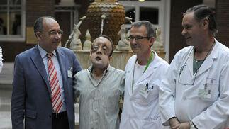 Rafael, junto al equipo médico que llevó a cabo el primer trasplante de cara de Andalucía.  Foto: Juan Carlos Vázquez