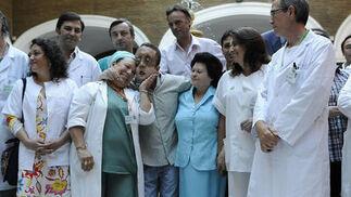 Rafael, con familiares y miembros del equipo médico que llevó a cabo el primer trasplante de cara de Andalucía.  Foto: Juan Carlos Vázquez
