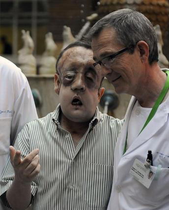 Rafael, con el doctor Gómez Cía, jefe del equipo del trasplante.  Foto: Juan Carlos Vázquez