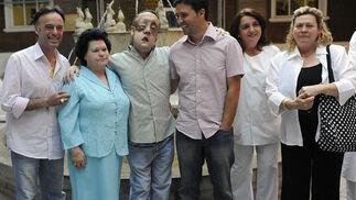 Rafael, con familiares tras ser dado de alta.  Foto: Juan Carlos Vázquez