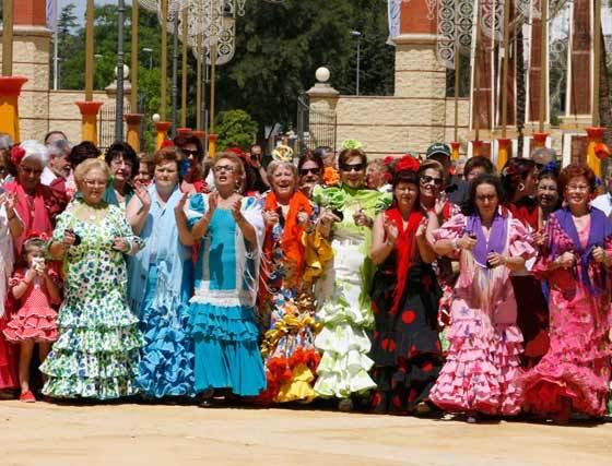 Un grupo de mujeres vestidas de gitana disfrutan de la Feria.  Foto: Pascual