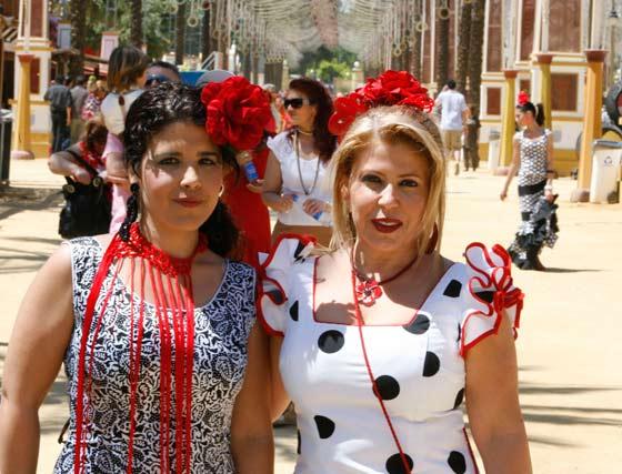 Dos mujeres vestidas de gitana disfrutan de la Feria.  Foto: Pascual