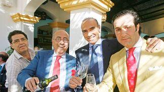 El ex presidente del Xerez, Luis Oliver, también se dejó ver por el Real. En la foto, con varios hosteleros.  Foto: Pascual