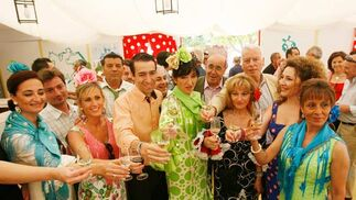 Un grupo brinda por la Feria.  Foto: Pascual